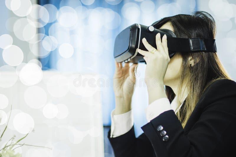 Mujer de negocios usando auriculares de VR para el trabajo con realidad virtual, con la diversión y la nueva experiencia feliz, c fotos de archivo libres de regalías