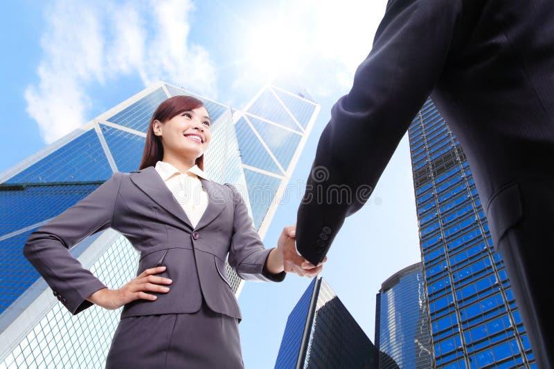 Mujer de negocios y apretón de manos del hombre imagenes de archivo