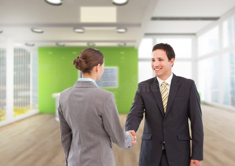 mujer de negocios y apretón de manos del hombre en la llegada a la oficina imagen de archivo