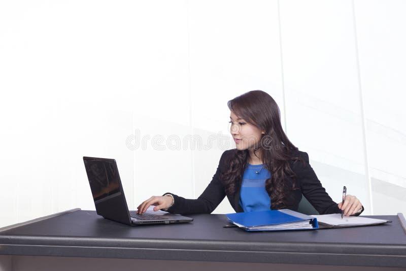 Mujer de negocios y computadora portátil fotografía de archivo