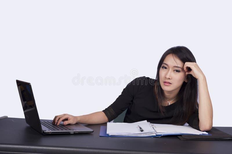 Mujer de negocios y computadora portátil imagen de archivo