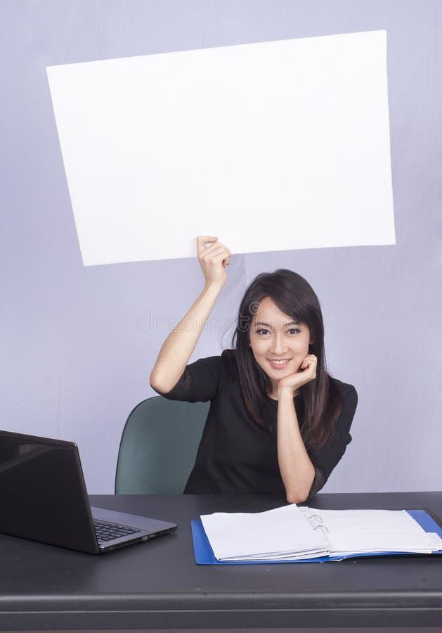 Mujer de negocios y computadora portátil foto de archivo libre de regalías