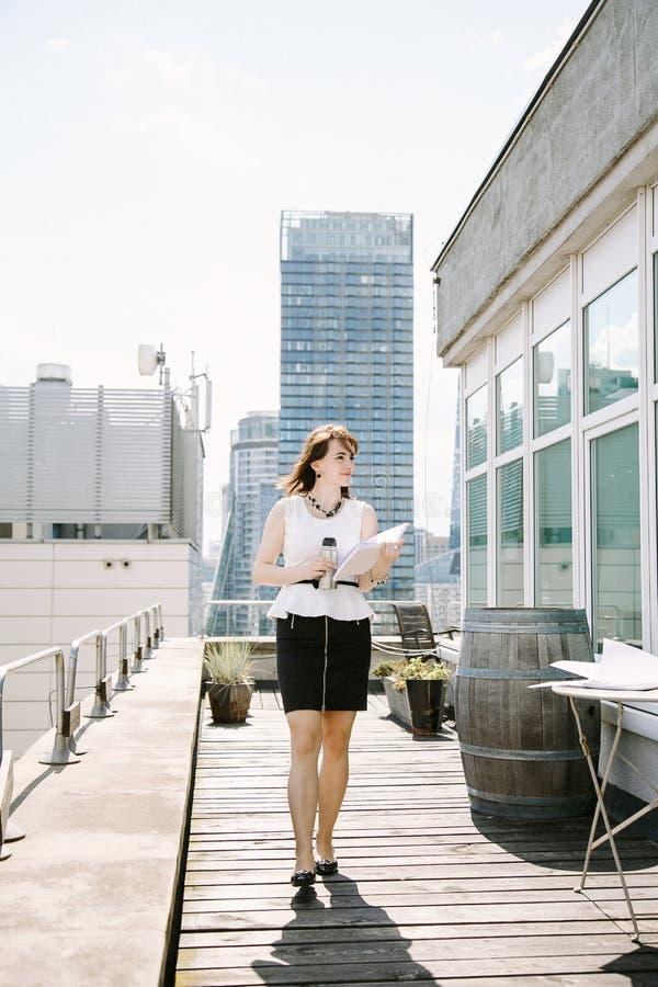 Mujer de negocios y té o coffe imagen de archivo libre de regalías