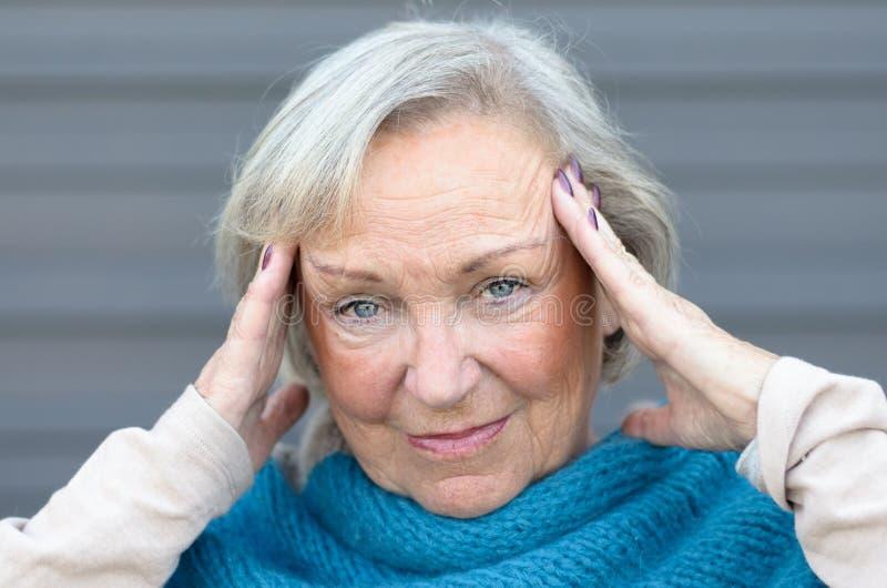 Mujer de ojos azules mayor elegante atractiva fotografía de archivo