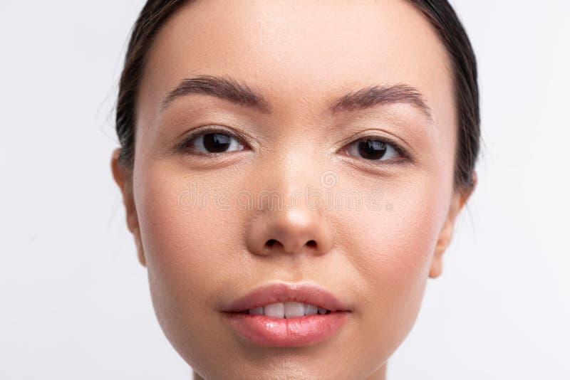 Mujer de ojos oscuros con la sensación agradable del aspecto confiada imágenes de archivo libres de regalías