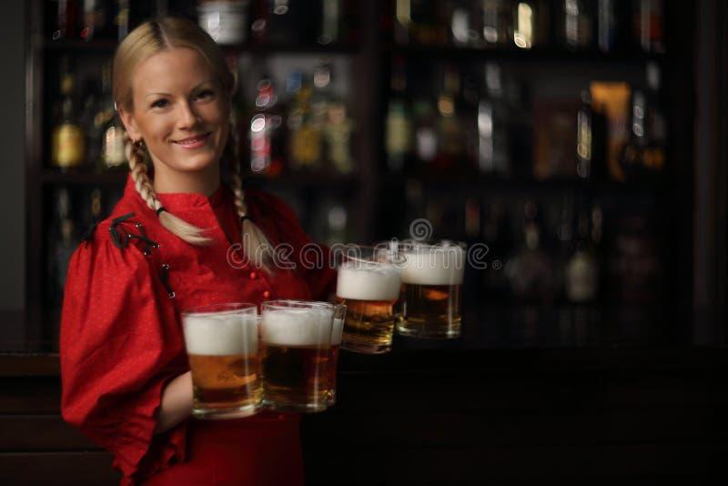 Mujer de Oktoberfest con la cerveza foto de archivo libre de regalías