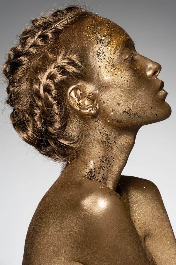 Mujer de oro foto de archivo