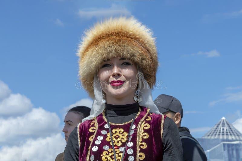 Mujer de Oung en ropa bashkir nacional fotografía de archivo