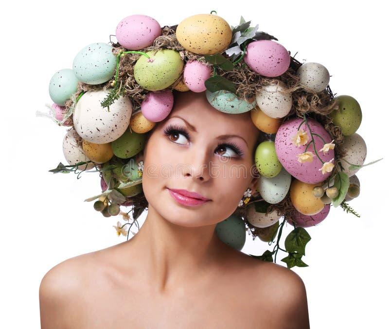 Mujer de Pascua. Primavera Smiley Girl con los huevos imagen de archivo
