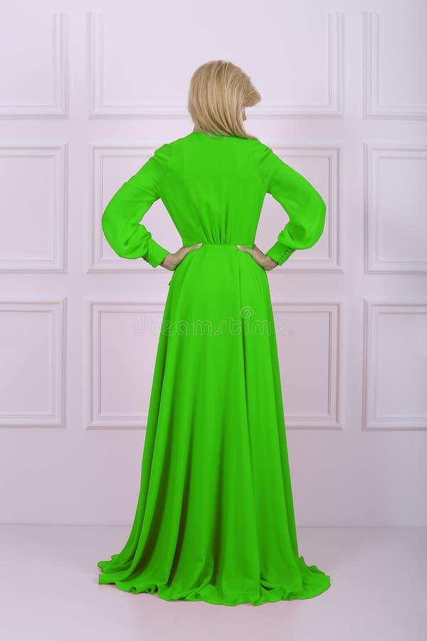 Mujer de pelo largo hermosa en vestido verde imagenes de archivo