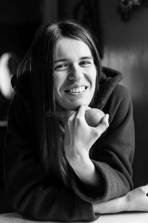Mujer de pelo largo joven Retrato del primer foto de archivo