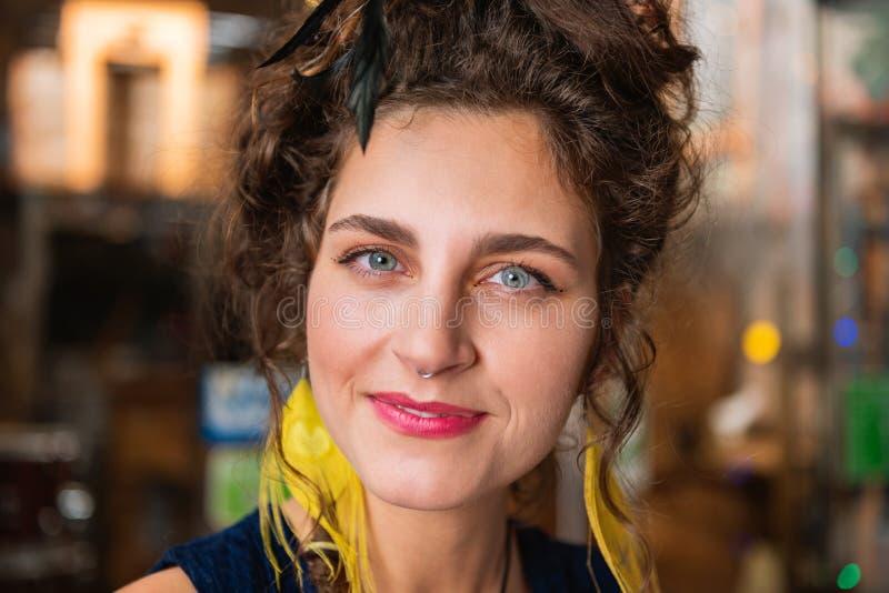 Mujer de pelo oscuro con el maquillaje natural agradable que siente alegre imagen de archivo libre de regalías