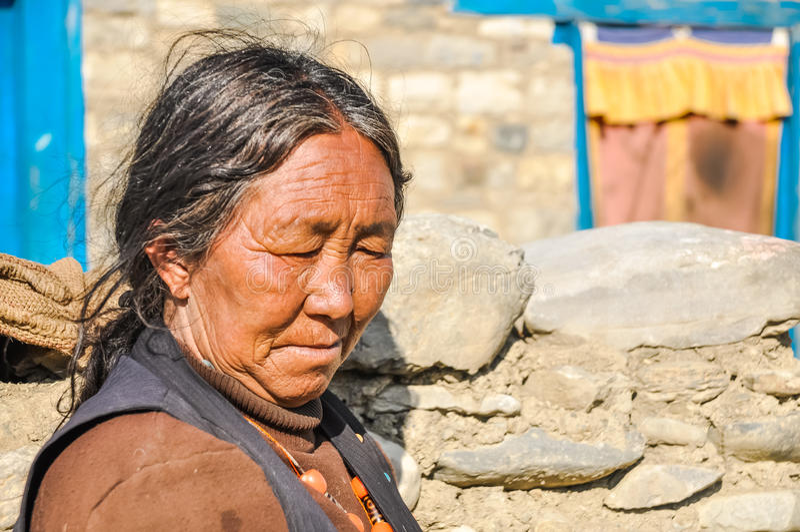 Mujer de pensamiento en Nepal imagen de archivo