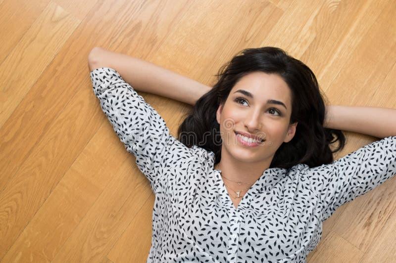Mujer de pensamiento en piso fotografía de archivo libre de regalías