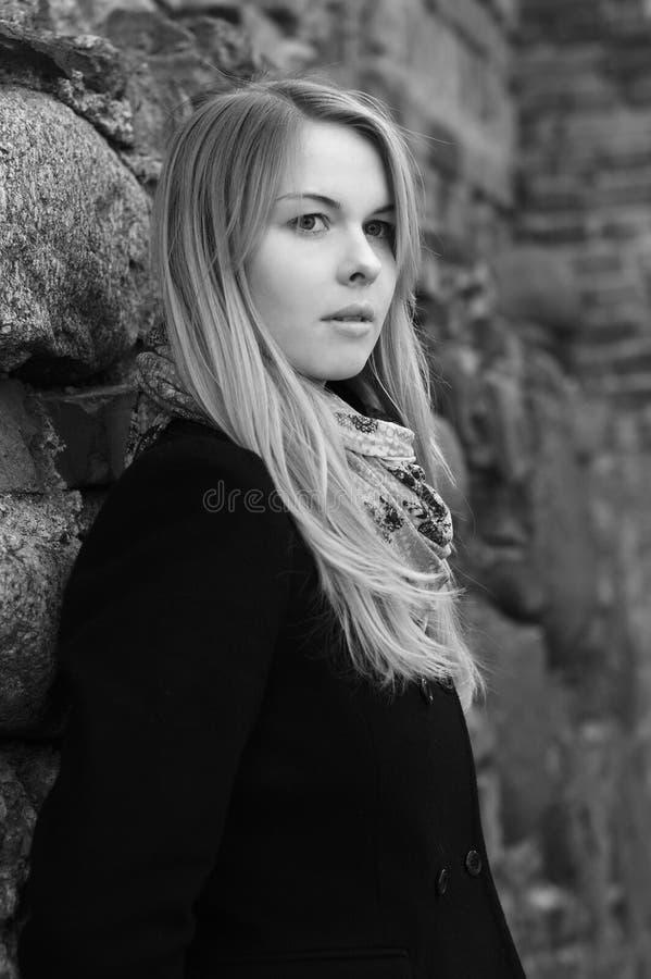 Mujer de pensamiento joven fotografía de archivo