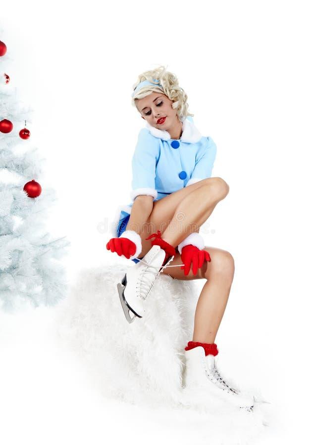 Mujer de Pinup en estilo del invierno con los patines. fotos de archivo libres de regalías