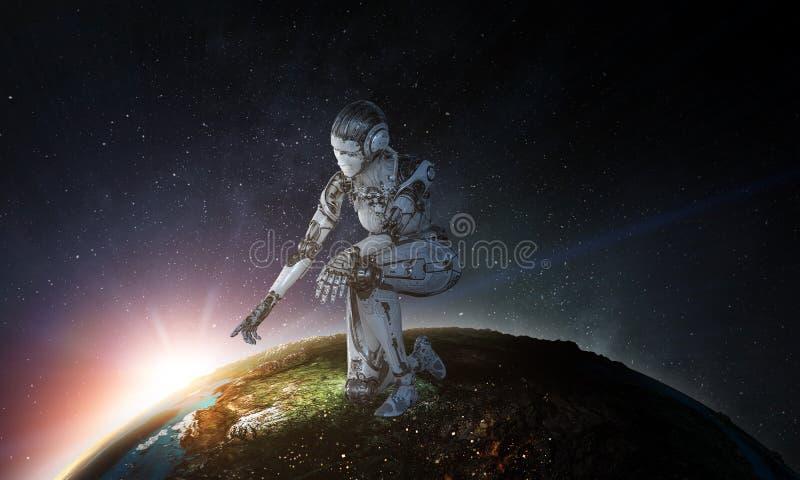 Mujer de plata del Cyborg que se sienta en una rodilla y sonrisa fotografía de archivo