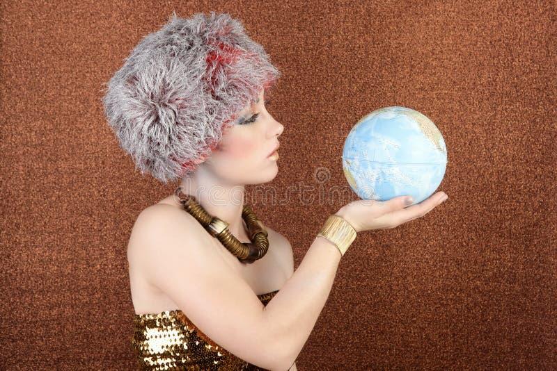 Mujer de plata del oro de la manera que mira la correspondencia global imagenes de archivo