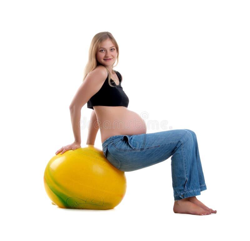 Mujer de Pregnatl y bola amarilla fotos de archivo libres de regalías