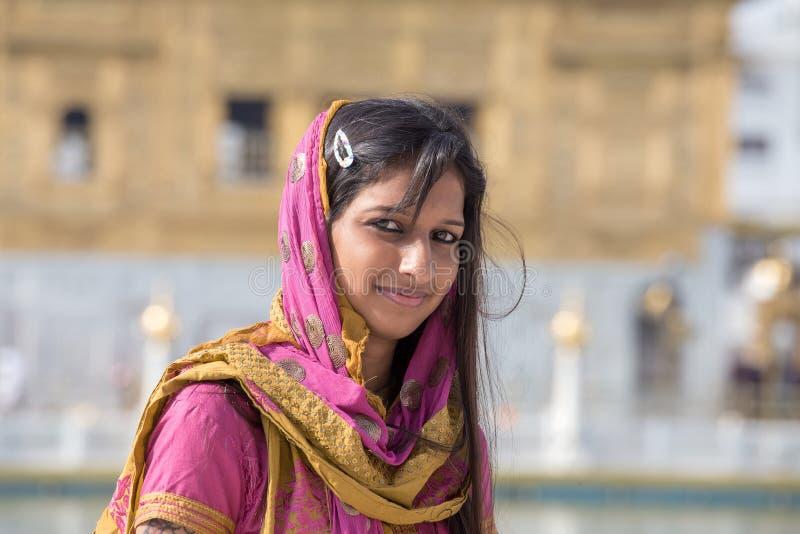 Mujer de Rajasthani que visita el templo de oro en Amritsar, Punjab, la India foto de archivo