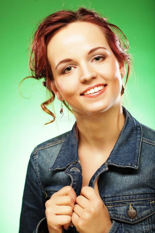 Mujer de Redhair en un fondo verde foto de archivo libre de regalías