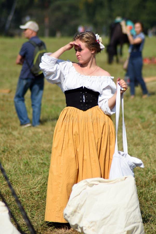 Mujer de Reenactor en la reconstrucción histórica de la batalla de Borodino en Rusia fotos de archivo libres de regalías