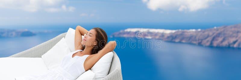 Mujer de relajación que duerme disfrutando de la opinión al aire libre del sofá fotos de archivo
