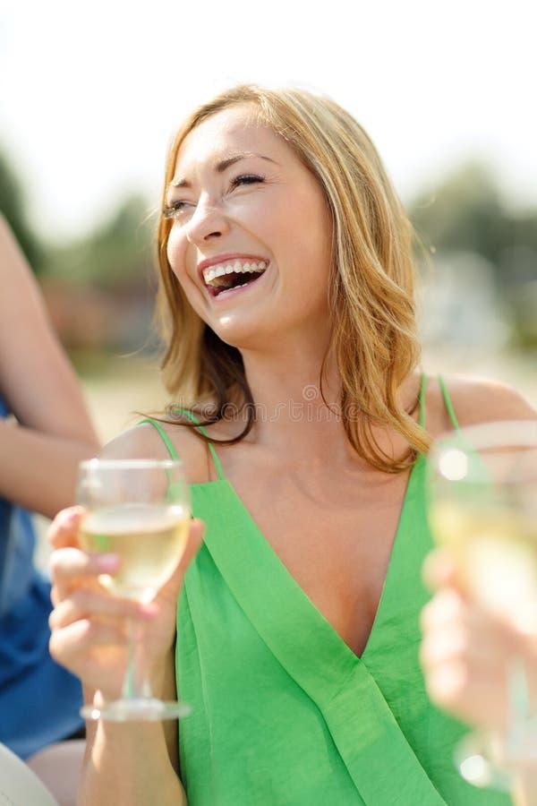 Mujer de risa con la copa de vino imagenes de archivo