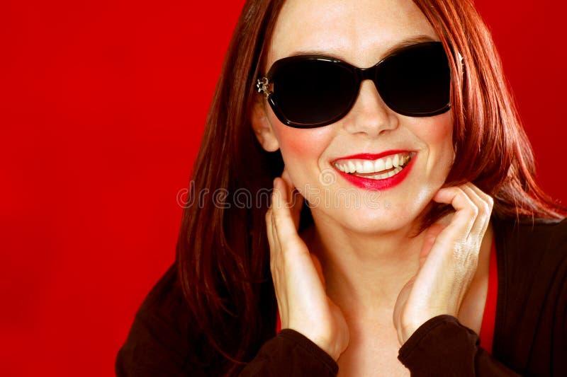 Mujer de risa con las gafas de sol imágenes de archivo libres de regalías