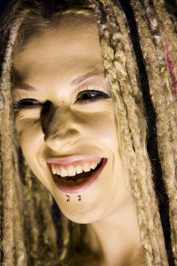 Mujer de risa con perforaciones de la cara fotografía de archivo libre de regalías