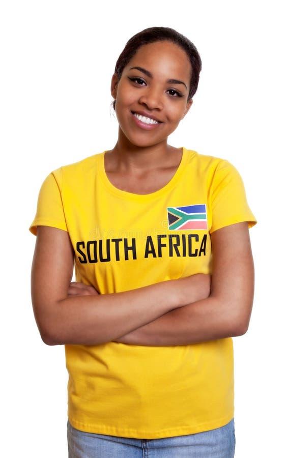 Mujer de risa de Suráfrica con los brazos cruzados fotos de archivo
