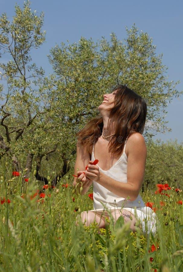 Mujer de risa en campo foto de archivo