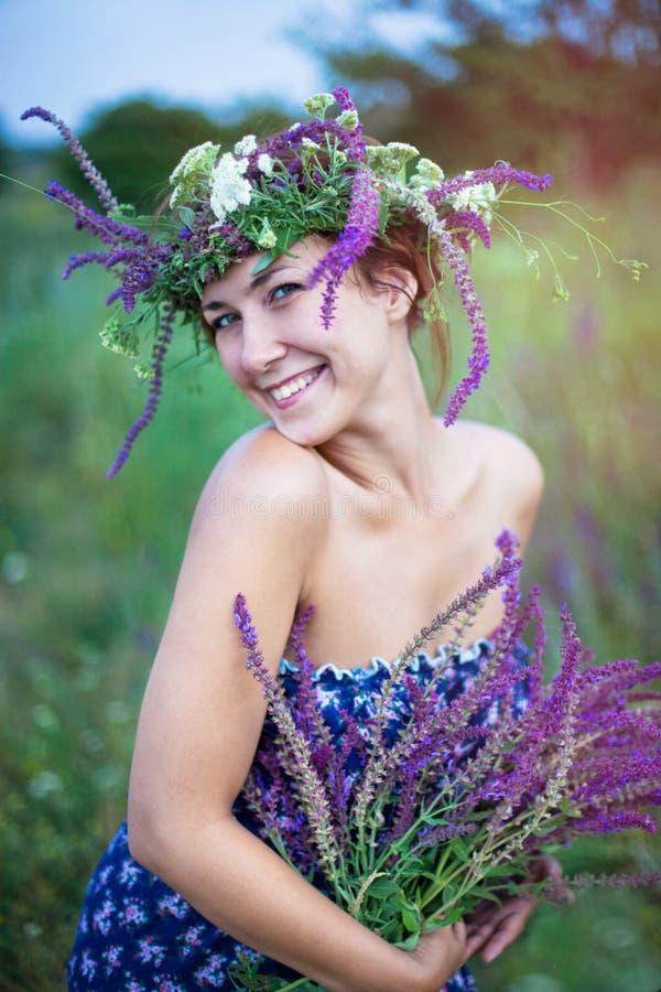 mujer de risa joven en una guirnalda imagen de archivo