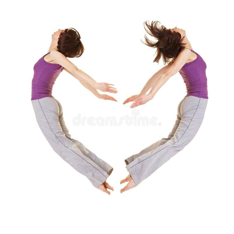 Mujer de salto que forma dimensión de una variable del corazón imagen de archivo