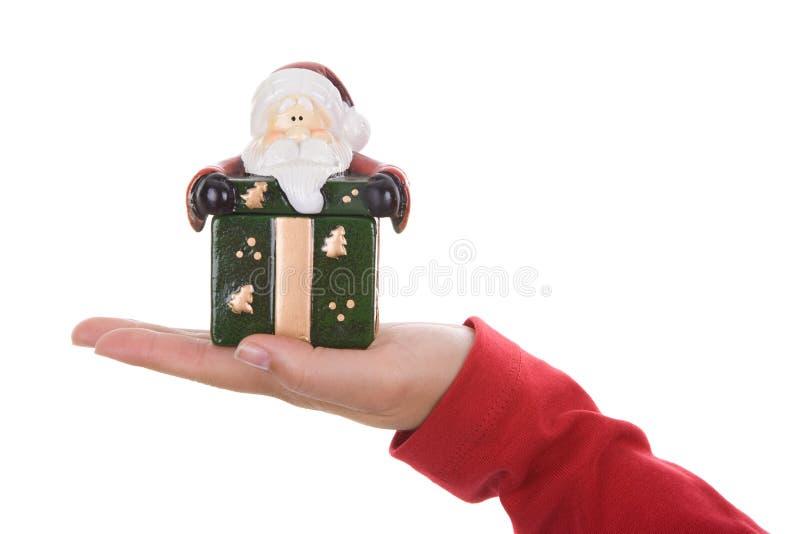 Mujer de Santa que sostiene el pequeño rectángulo del regalo de Navidad fotos de archivo