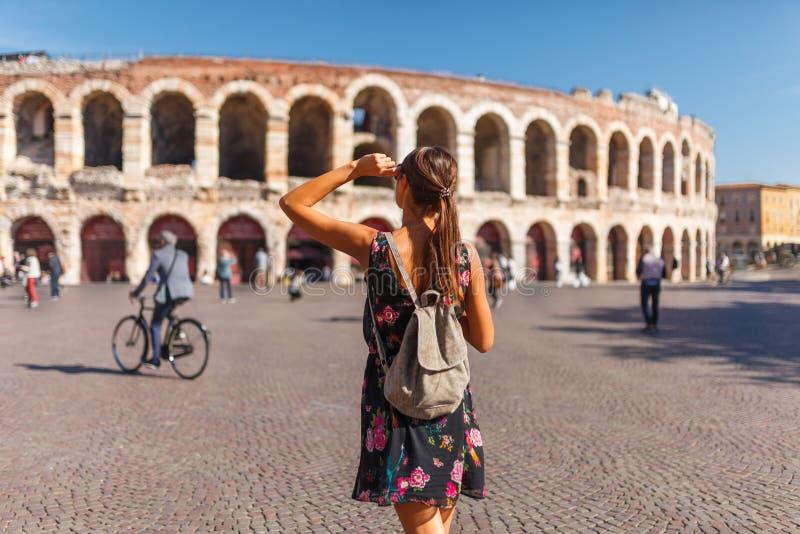 Mujer de Toirust en el centro hist?rico de Verona en cuadrado cerca de la arena Verona, anfiteatro romano Viajero en el destino f fotos de archivo libres de regalías