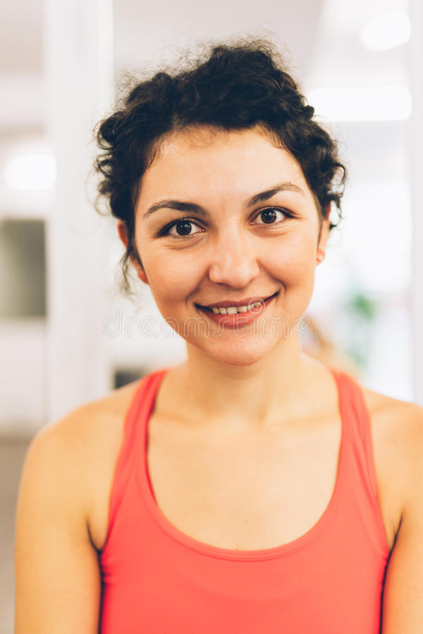Mujer de Yougn en un gimnasio imagen de archivo