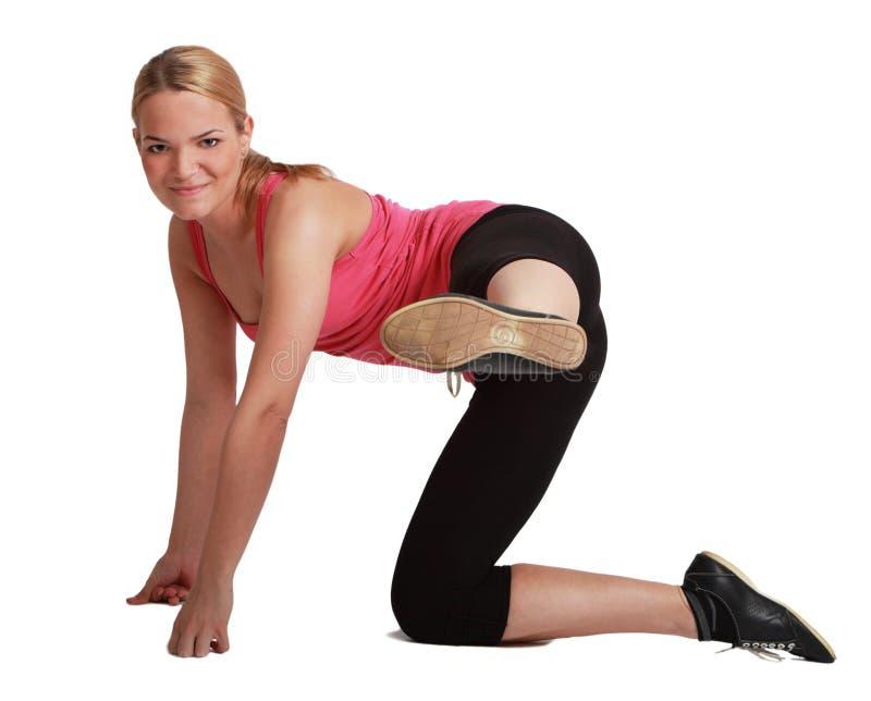 Mujer que hace aeróbicos