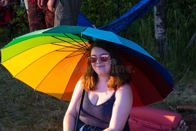 Mujer debajo arco iris sombrilla Winnipeg festival de julio de 2019 popular fotografía de archivo