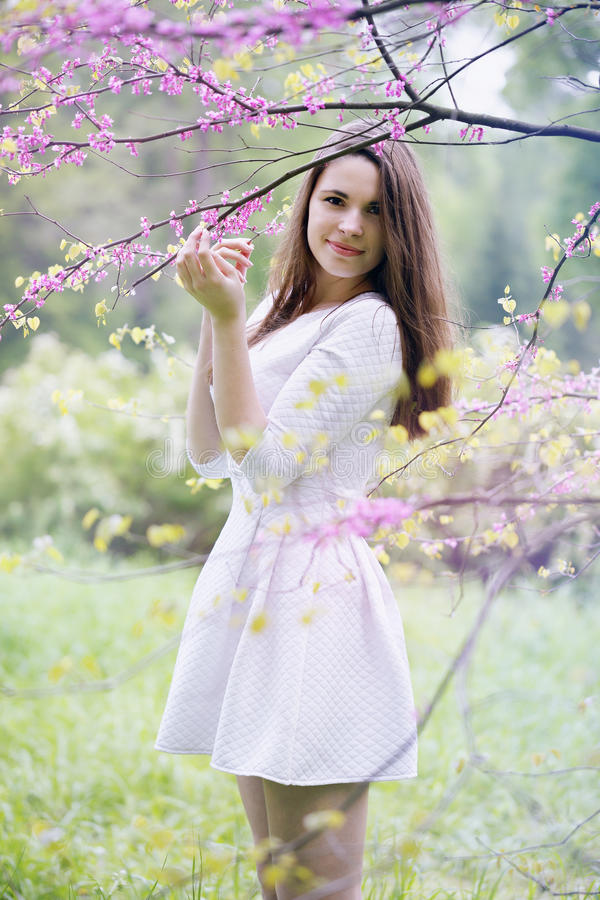 Mujer debajo de un árbol foto de archivo libre de regalías