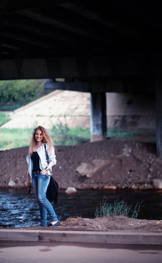 Mujer debajo de un puente imagen de archivo