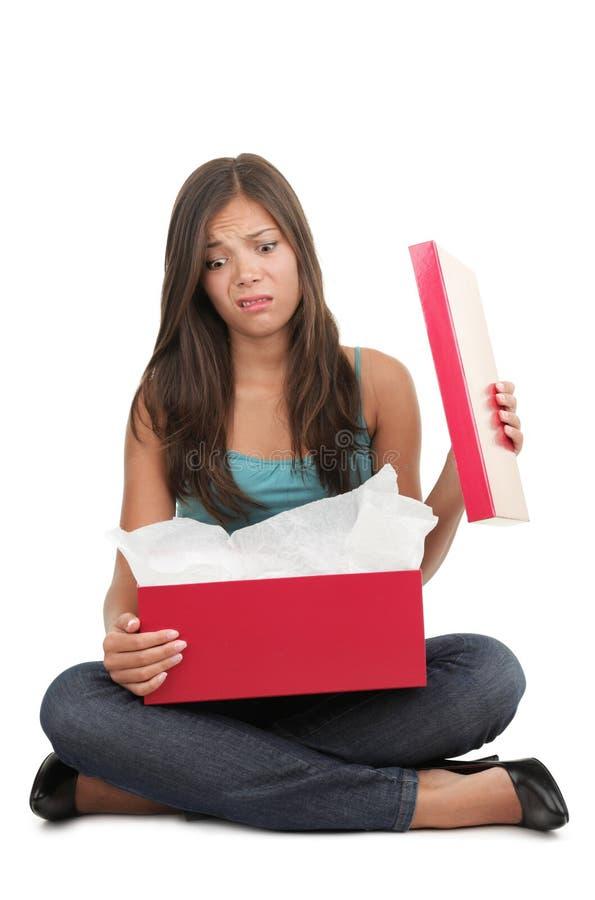 Mujer decepcionada sobre el regalo imagen de archivo