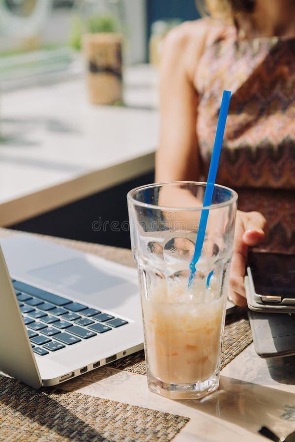 Mujer Defocused que usa la tableta en café foto de archivo libre de regalías