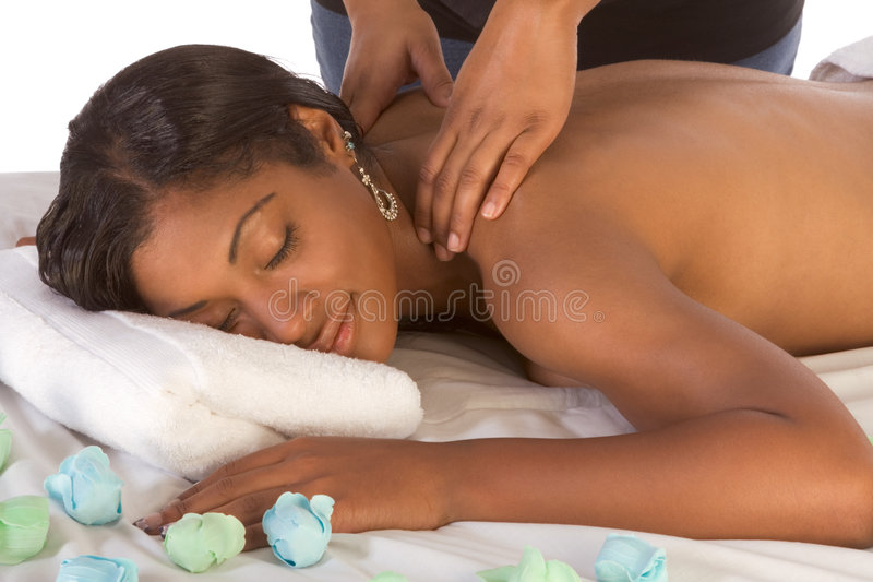 Mujer del African-American que consigue masaje en balneario imagen de archivo