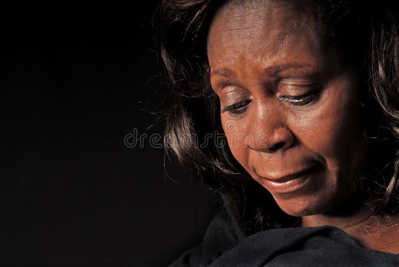 Mujer del afroamericano que mira abajo fotos de archivo libres de regalías