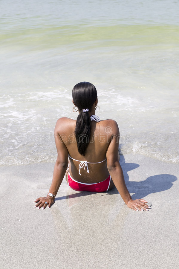 Mujer del afroamericano que se relaja en la playa imágenes de archivo libres de regalías