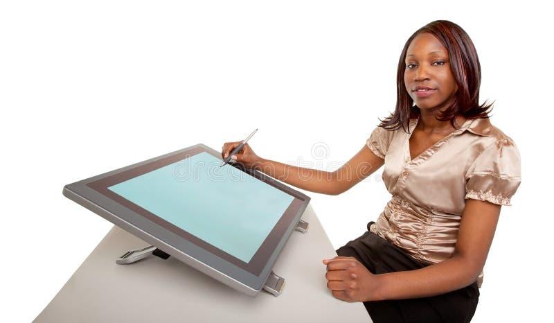 Mujer del afroamericano que trabaja en una tablilla de Digitaces imágenes de archivo libres de regalías