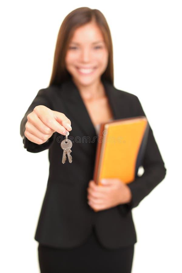 Mujer del agente inmobiliario que da claves fotos de archivo