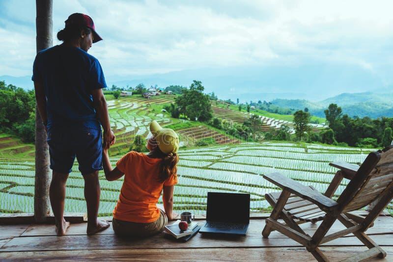 Mujer del amante y naturaleza asi?tica del viaje del hombre El viaje se relaja El balcón del centro turístico Vista del campo en  imagen de archivo libre de regalías