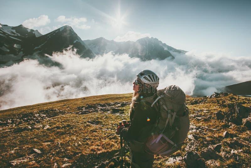 Mujer del Backpacker observando las nubes de las montañas fotografía de archivo libre de regalías